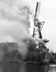 De Adriaan windmill on fire in 1932